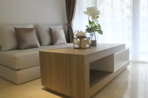 Desain Interior Putih dengan bahan Kayu